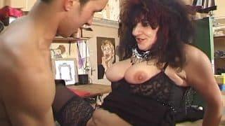 Une femme mure à gros nibards très chaude